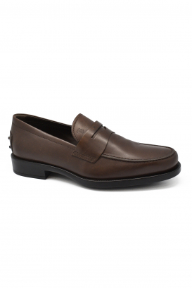 Mocassins Tod's en cuir marron.
